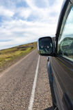 Зеркало автомобиля в движении на дороге Стоковое Изображение RF