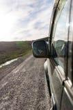 Зеркало автомобиля в движении на дороге Стоковые Изображения