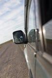 Зеркало автомобиля в движении на дороге Стоковая Фотография RF