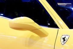 Зеркало крыла желтой спортивной машины роскоши Феррари стоковые фотографии rf