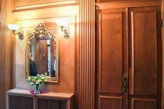 Зеркало около двери Стоковое Изображение