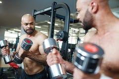 Зеркало человека готовя в разминке прочности с весами Стоковые Фотографии RF