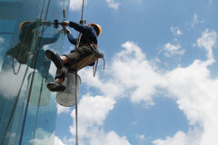зеркало чистки работника в высокий bilding Стоковые Фотографии RF