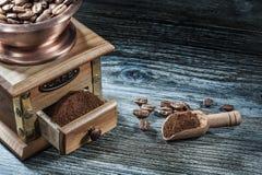 Зерна ветроуловителя механизма настройки радиопеленгатора на деревянной доске стоковая фотография