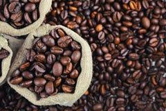 Зерна кофе в сумках Зерна предпосылки кофе Стоковое Изображение RF