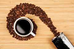 Зерна кофе в форме свирли с чашкой Стоковые Фото