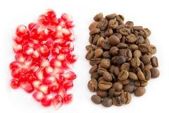 Зерна кофе и красные зерна гранатового дерева Стоковое Изображение