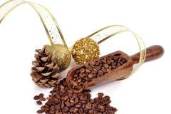Зерна кофе на белой предпосылке в деревянном шпателе с Стоковая Фотография RF