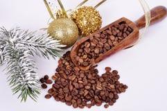 Зерна кофе на белой предпосылке в деревянном шпателе с Стоковое Фото