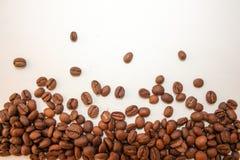 Зерна кофе на белой предпосылке Вкусное и Стоковая Фотография
