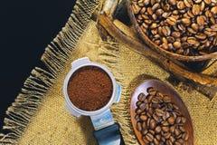 Зерна кофе на предпосылке джута grinded кофе Стоковые Изображения RF