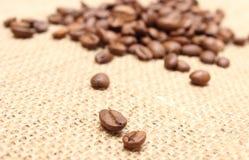 Зерна кофе на предпосылке джута Стоковые Фотографии RF