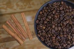 зерна кофе предпосылки близкие изолировали фото вверх по белизне Стоковые Изображения RF