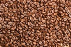 зерна кофе предпосылки близкие изолировали фото вверх по белизне Стоковые Фотографии RF