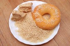 Зерна, halvah и донут сезама кучи Стоковые Фото