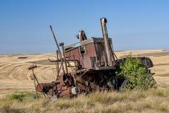 Зернокомбайн в полях пшеницы стоковая фотография