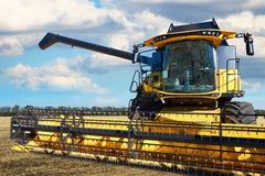 Зернокомбайн работая в поле Стоковые Фото