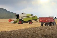 зернокомбайн - сжатая пшеница Стоковое Изображение
