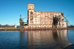 Зернохранилище и краны корабля в порте. Стоковое Изображение RF