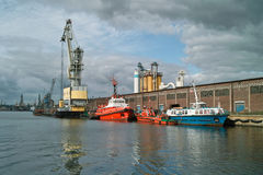 Зернохранилище и краны корабля в порте. Стоковая Фотография