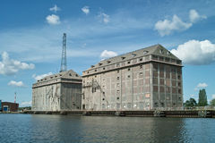 Зернохранилище и краны корабля в порте. Стоковые Фотографии RF