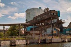 Зернохранилище и краны корабля в порте. Стоковые Фото