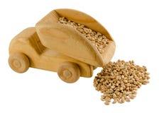Зерно в игрушке тележки деревянной изолированной на белизне Стоковое Фото