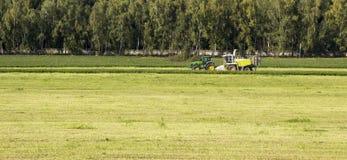 Зерно жать зернокомбайн стоковое фото