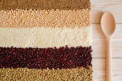 Зерно и фасоли на белой деревянной предпосылке Взгляд сверху Стоковая Фотография RF