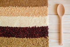 Зерно и фасоли на белой деревянной предпосылке Взгляд сверху Стоковое фото RF