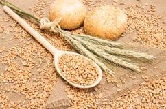 Зерно пшеницы на конце холста вверх Стоковая Фотография