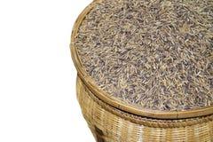 Зерно риса в корзине изолированной на белой предпосылке Стоковое Изображение RF