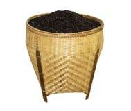 Зерно риса в корзине изолированной на белой предпосылке Стоковое Изображение