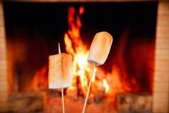 2 зефира на ручках будучи зажаренным в духовке огнем Стоковая Фотография RF