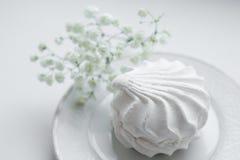 зефиры с цветками на белой плите Стоковые Фотографии RF