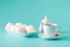 Зефир и чашка чаю покрашенные пастелью Стоковые Изображения RF