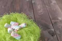 Зефир переплетенный помадками в гнезде птицы Стоковые Изображения