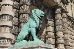 Зеленая бронзовая статуя льва около жалюзи в Париже, Франции стоковые изображения rf