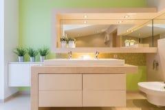 Зеленая ванная комната в роскошном особняке Стоковые Фотографии RF
