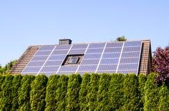 Зеленая возобновляющая энергия с фотовольтайческими панелями Стоковые Изображения RF