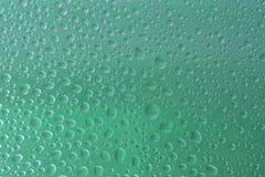 Зеленая вода падает фокус выбранный предпосылкой стоковое фото rf