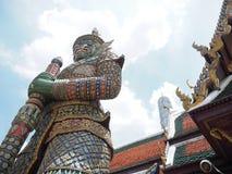 Зеленая гигантская статуя с объектом золота крыши на виске Таиланда Стоковые Фотографии RF