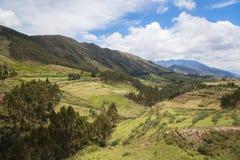 Зеленая гора и голубое небо Стоковые Изображения RF