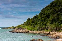 Зеленая гора и море стоковые фото