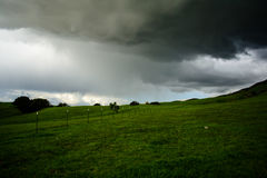 Зеленая гора под тяжелым облаком Стоковое Фото