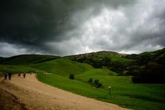 Зеленая гора под тяжелым облаком Стоковая Фотография RF