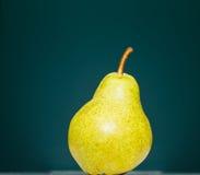 Зеленая груша на зеленой предпосылке Стоковые Изображения