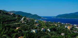 Зеленая деревня на берегах Средиземного моря, Греции Стоковая Фотография