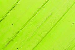 Зеленая деревянная предпосылка с фиолетовым пятном стоковая фотография