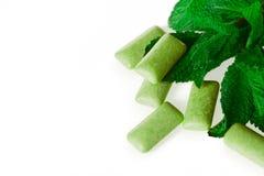 Зеленая жевательная резина на бело- еде и питье Стоковое Изображение RF
